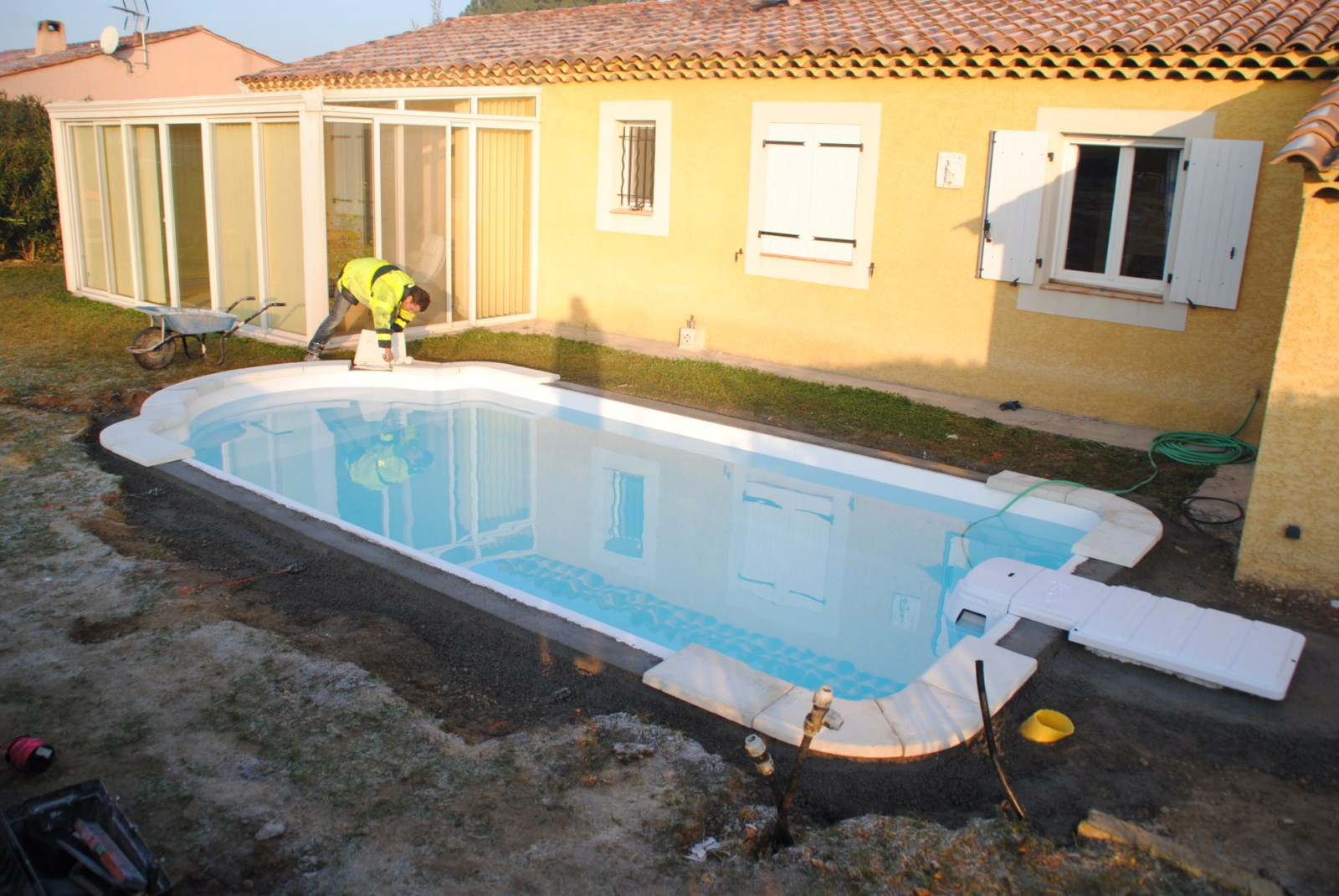 Pose des margelles sur mesure en pierre reconstitu e for Piscine coque pose comprise