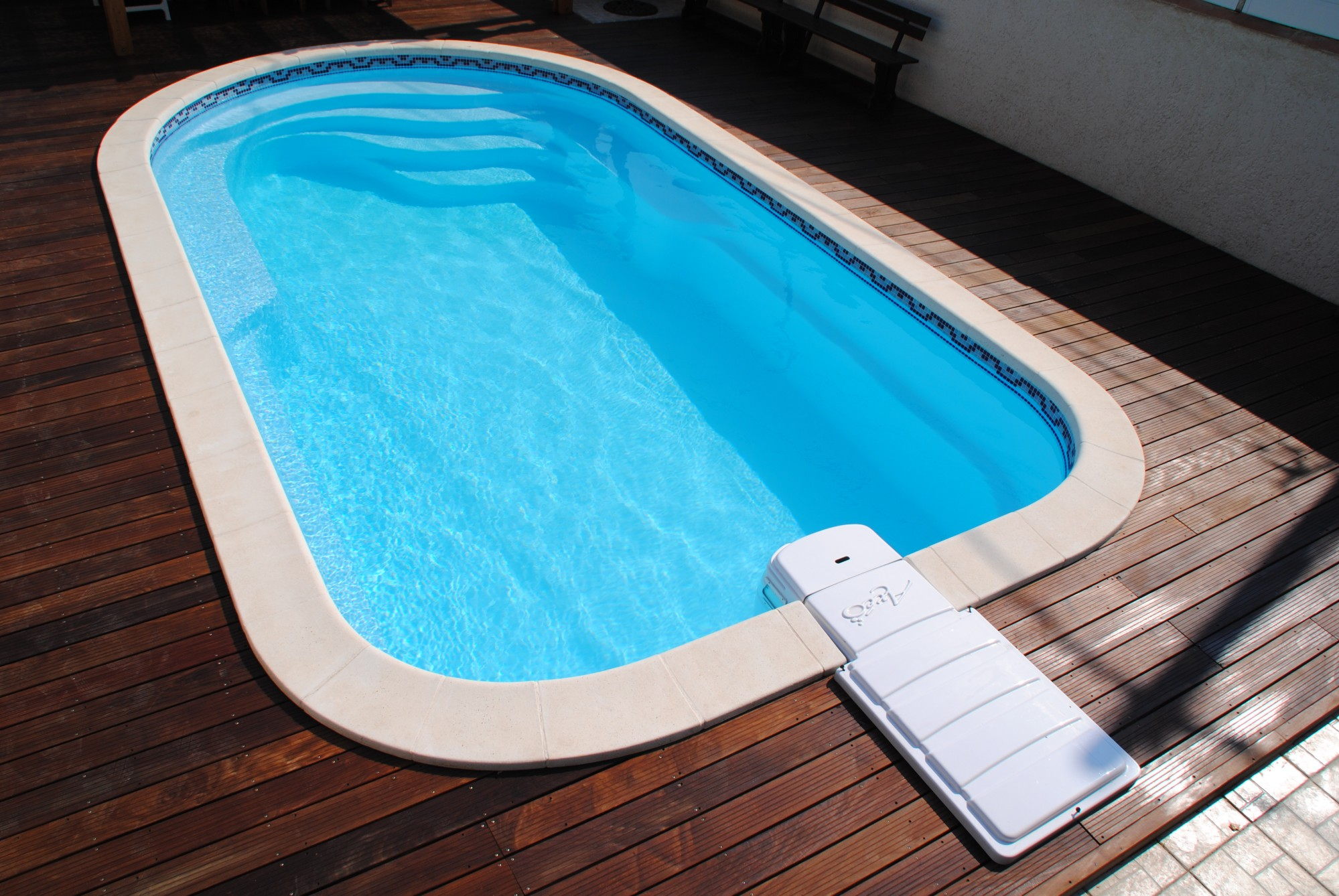 piscine coque polyester avec banquette modele axeo 700 bf istres ax o piscines. Black Bedroom Furniture Sets. Home Design Ideas