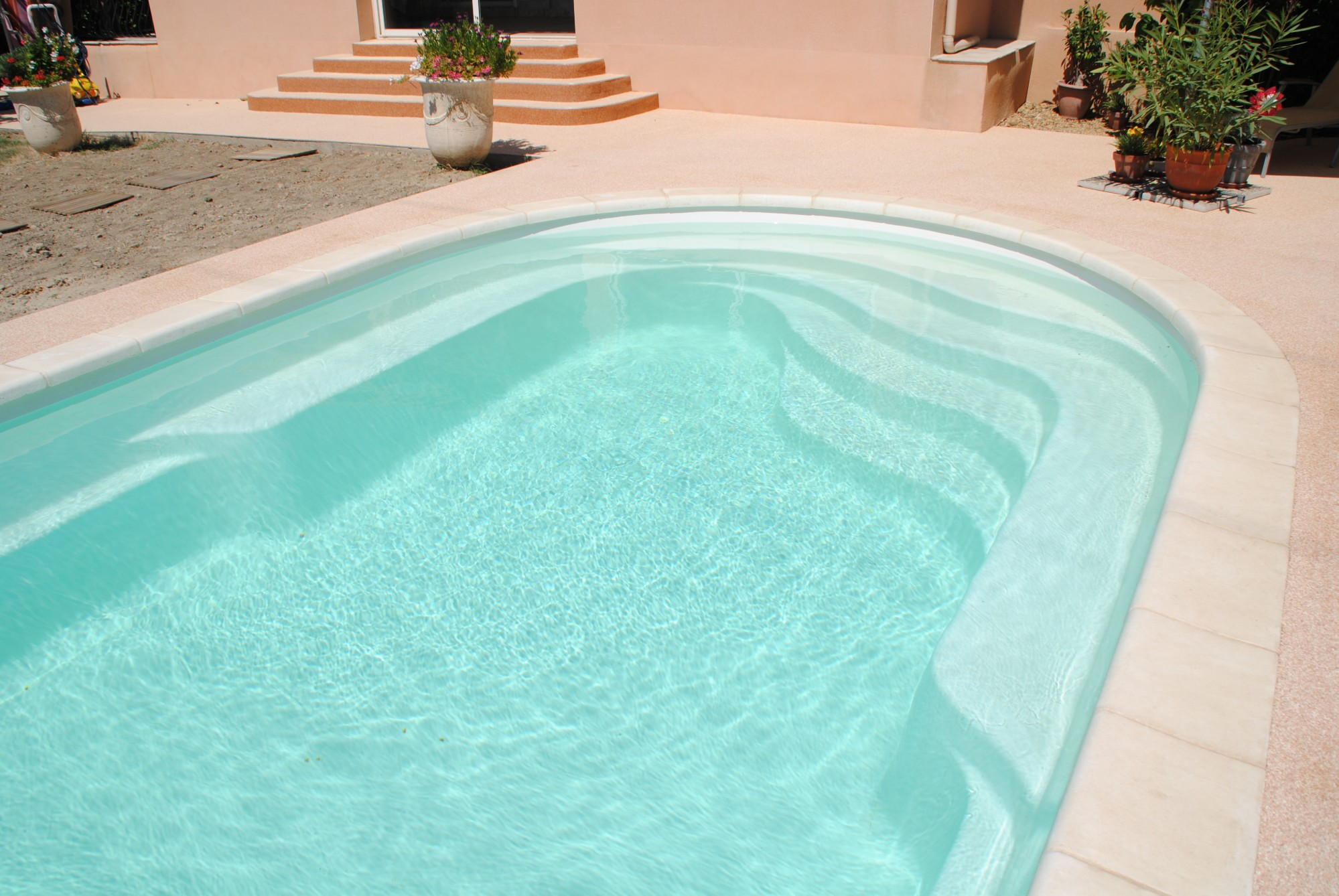Piscine coque polyester avec banquette modele axeo 700 bf for Piscine polyester