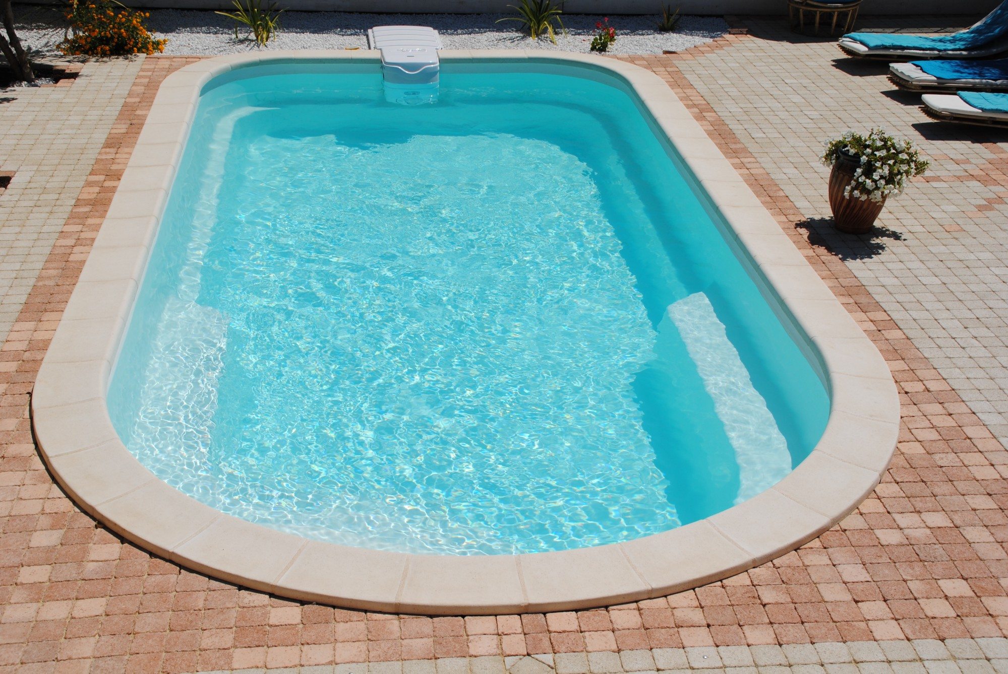 Piscine coque polyester a fond plat avec banquettes modele axeo 800 bf istres ax o piscines for Acheter une piscine