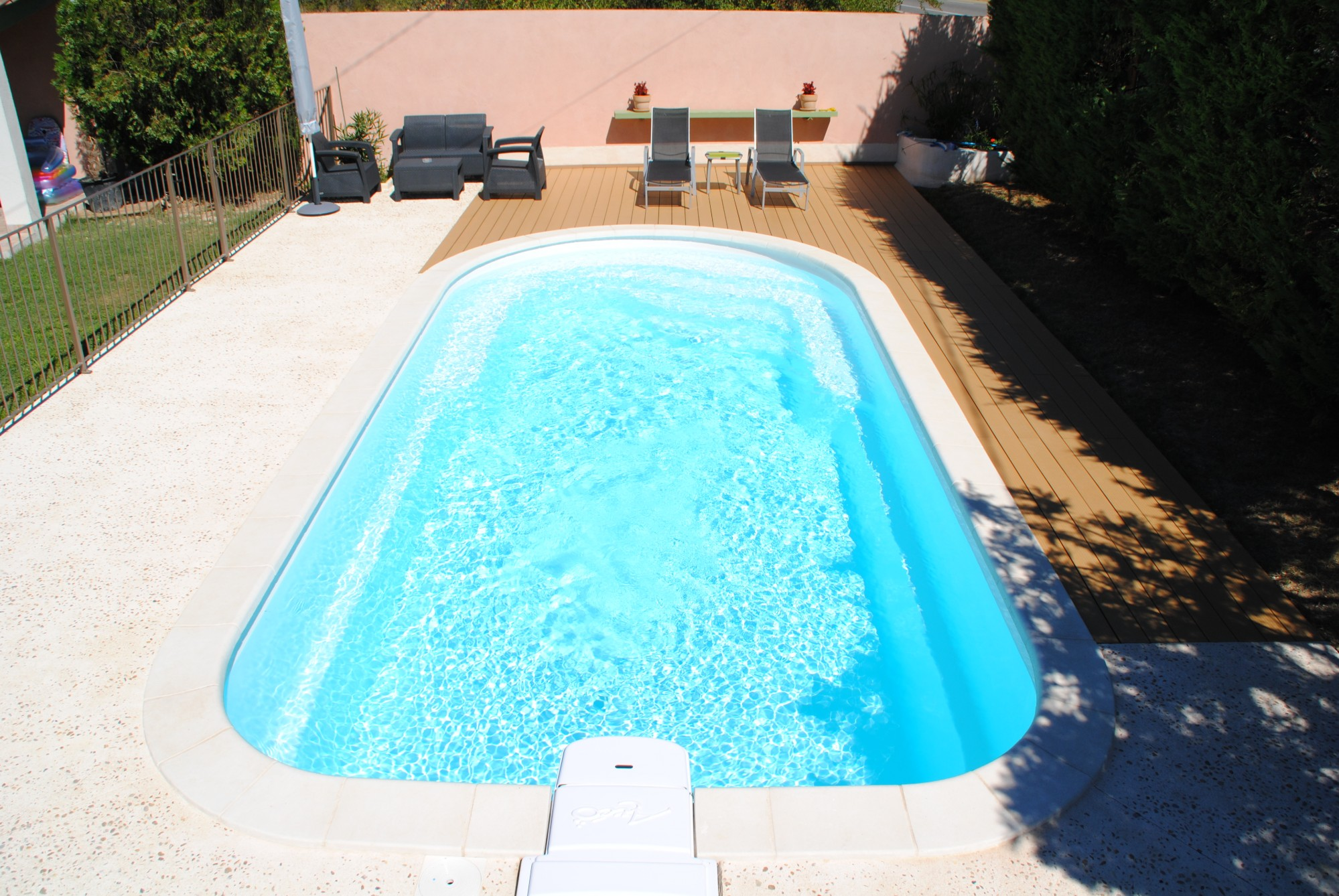 Piscine coque polyester a fond plat avec banquettes modele for Destockage piscine coque polyester