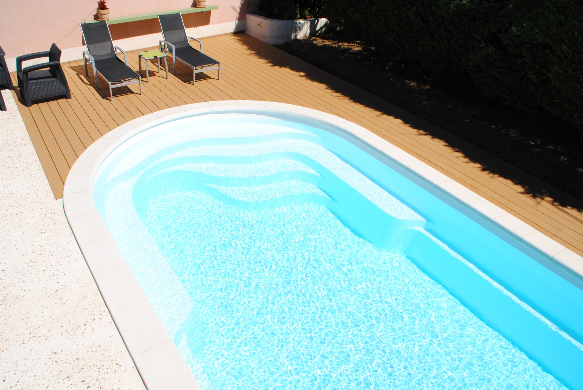 Piscine coque polyester a fond plat avec banquettes modele for Piscine polyester