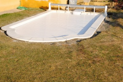 piscine coque polyester avec volet roulant NF